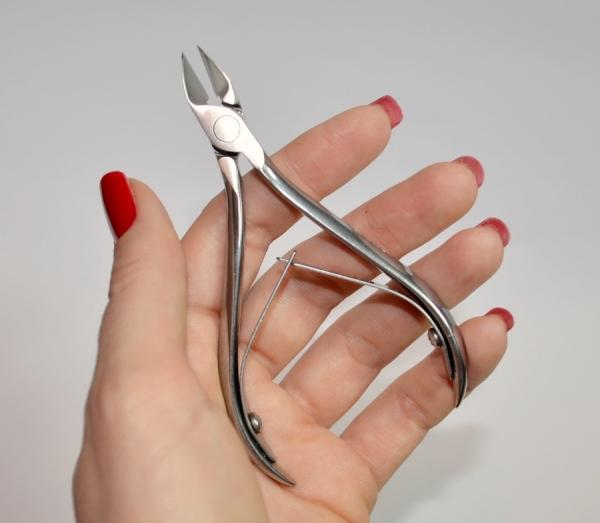 Как правильно держать кусачки для маникюра